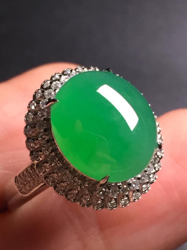 翡翠A货,阳绿蛋面戒指,18k真金真钻镶嵌,完美,种水超好,玉质细腻。整体尺寸:17.4*16.2*