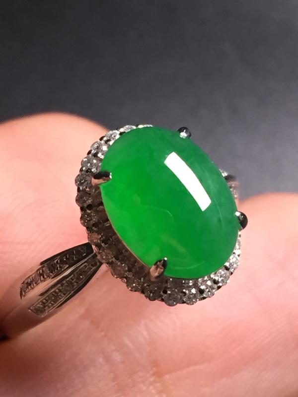 翡翠A货,阳绿蛋面戒指,18k真金真钻镶嵌,完美,种水超好,玉质细腻。整体尺寸:12.6*10.2*
