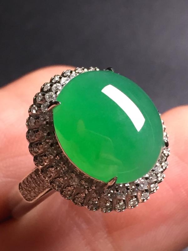 【翡翠A货,阳绿蛋面戒指,18k真金真钻镶嵌,完美,种水超好,玉质细腻。整体尺寸:17.4*16.2*10.5】图3