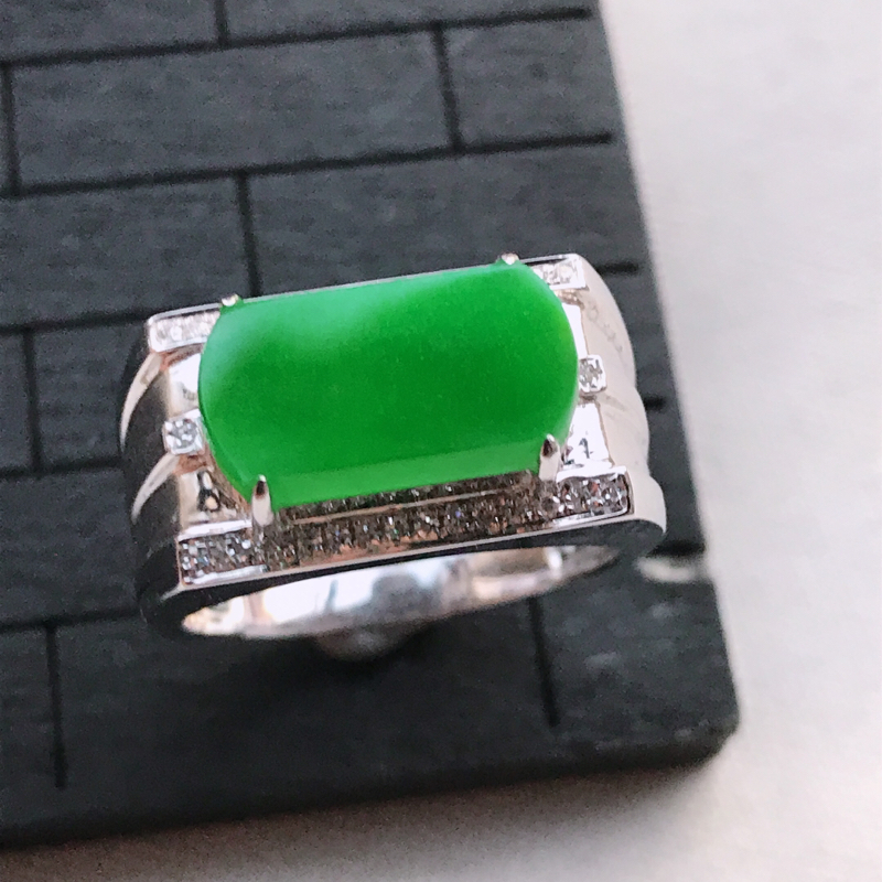 翡翠A货18K金镶嵌满绿马鞍戒指,玉质细腻,底色漂亮,上身高贵,内径18.6/11.1/6.4mm裸