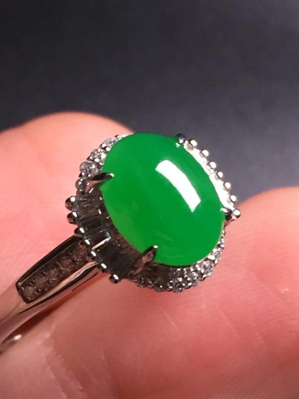 翡翠A货,阳绿蛋面戒指,18k真金真钻镶嵌,完美,种水超好,玉质细腻。整体尺寸:10.9*11.0*