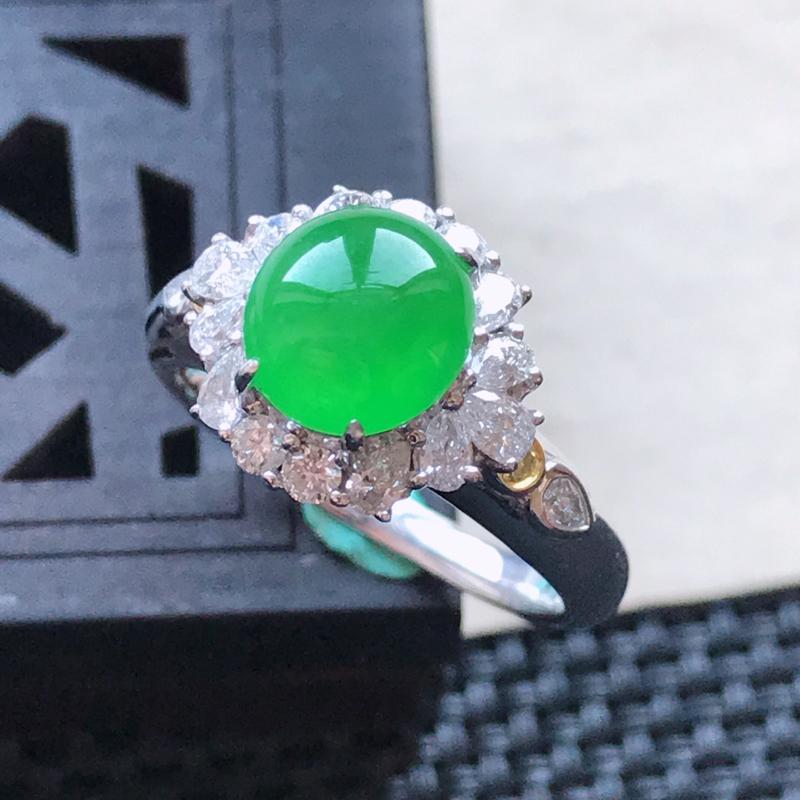 天然翡翠A货18K金镶嵌伴钻糯化种满绿精美蛋面戒指,内径尺寸18.5mm,裸石尺寸8-7.6-3mm