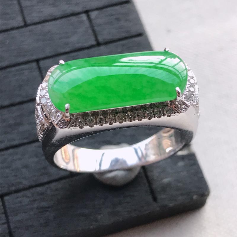 翡翠A货18K金镶嵌冰透阳绿马鞍戒指,玉质细腻,底色漂亮,上身高贵,内径19.1/9.4/6.3mm