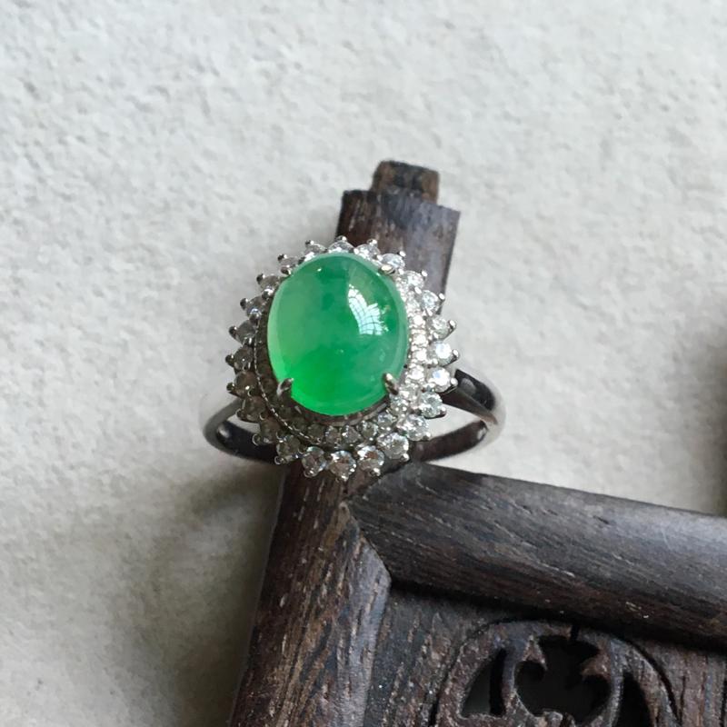 缅甸翡翠A货,色彩鲜艳的戒指,豪华镶嵌,上手效果非常大气,喜欢的赶紧。