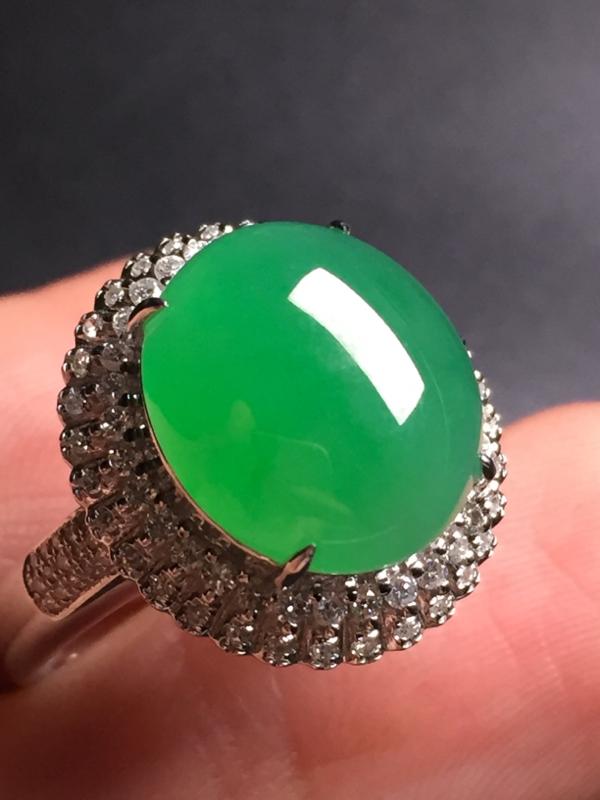 【翡翠A货,阳绿蛋面戒指,18k真金真钻镶嵌,完美,种水超好,玉质细腻。整体尺寸:17.4*16.2*10.5】图5