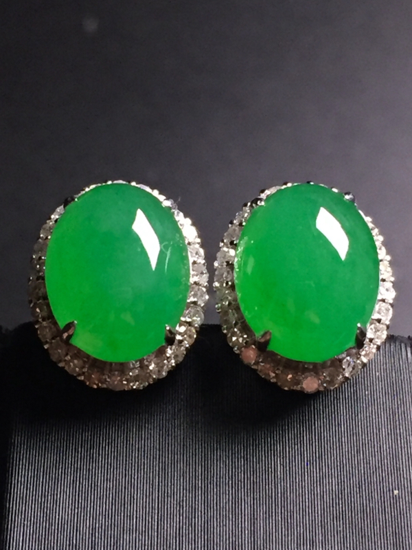 翡翠A货,阳绿蛋面耳钉,18k真金真钻镶嵌,完美,种水超好,玉质细腻。整体尺寸:12.0*9.8*8