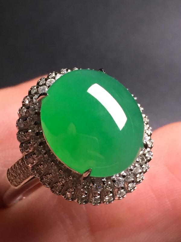 【翡翠A货,阳绿蛋面戒指,18k真金真钻镶嵌,完美,种水超好,玉质细腻。整体尺寸:17.4*16.2*10.5】图4