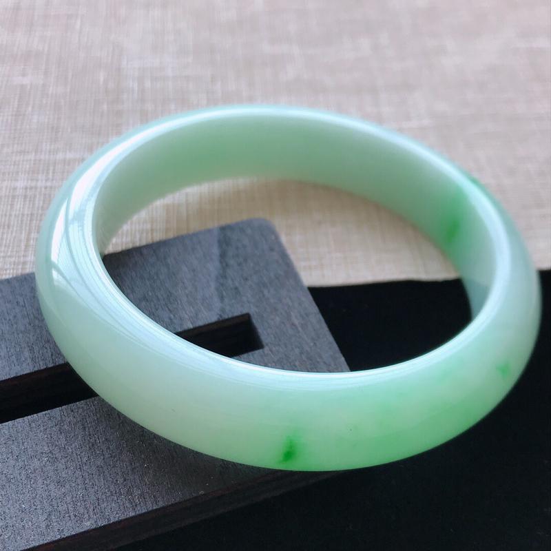 正圈:57。天然翡翠A货。老坑飘绿手镯。色泽鲜艳,佩戴清秀优雅。尺寸:57*13.2*8.2mm