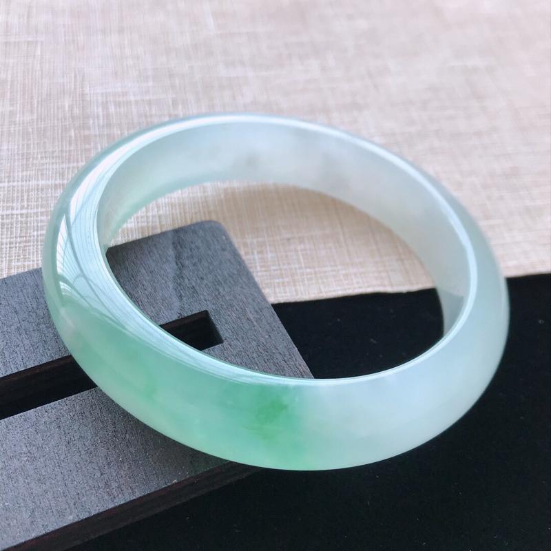 正圈:57.5。天然翡翠A货。老坑冰糯种飘绿手镯。色泽鲜艳,佩戴高贵优雅。尺寸:57.5*13.3*