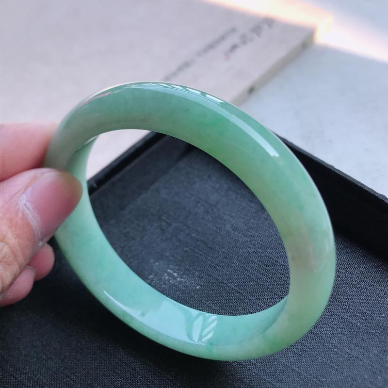 正圈60.7,缅甸天然翡翠细糯种豆绿手镯,尺寸 :60.7*12.9*8 ,玉质细腻水润 , 条形漂