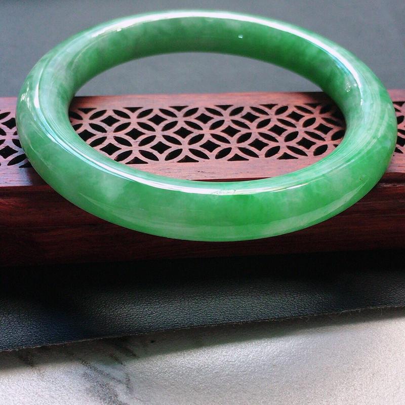 缅甸翡翠56圈口浅绿圆条手镯,自然光实拍,颜色漂亮,玉质莹润,佩戴佳品,尺寸:56.0*9.7*9.