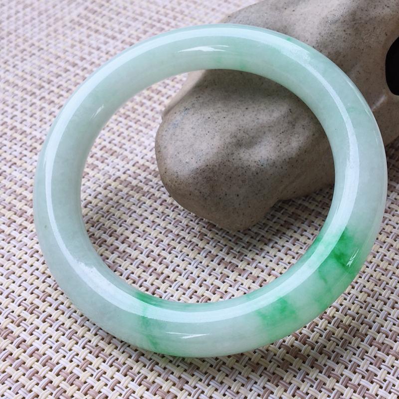 圆条54-55,天然A货翡翠-莹润优雅,精美飘绿,质地细腻,圆条玉手镯 完美无纹裂,尺寸圈口54.6