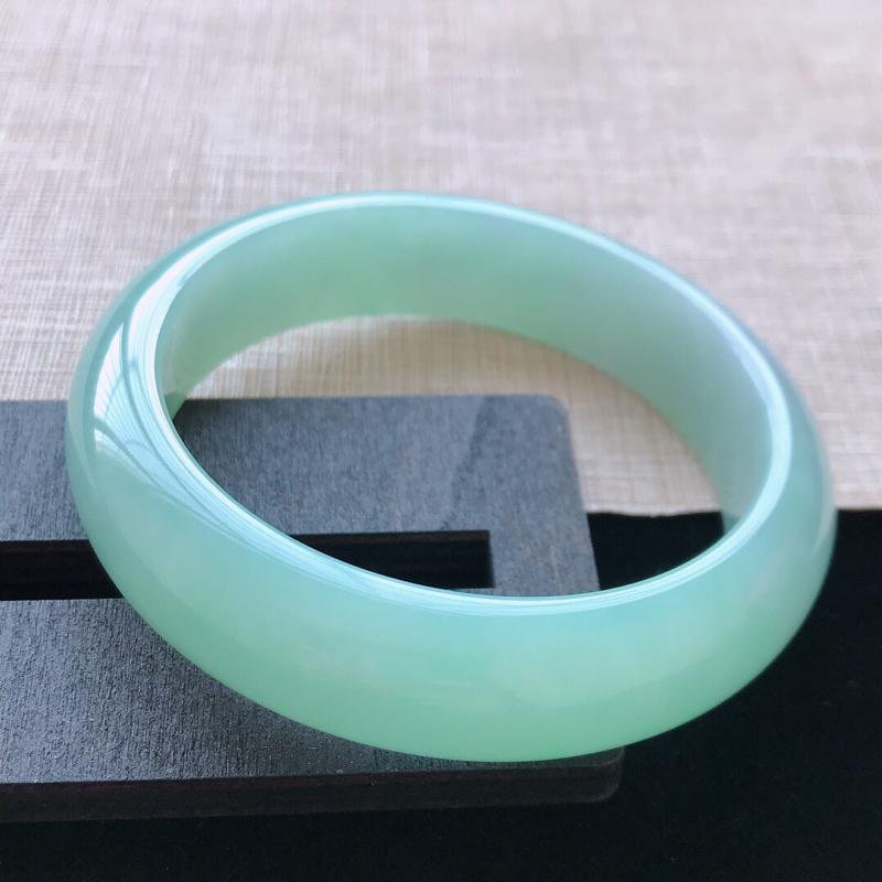 正圈:57.8。天然翡翠A货。老坑飘绿手镯。玉质莹润,佩戴清秀优雅。尺寸:57.8*15*8.5mm