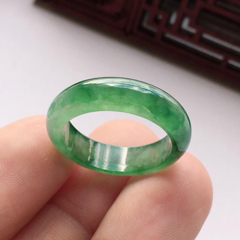 自然光实拍冰种满绿19.8圈戒指,质地细腻呦结,通透水润,颜色均匀,无纹裂,规格:19.8*6.2*