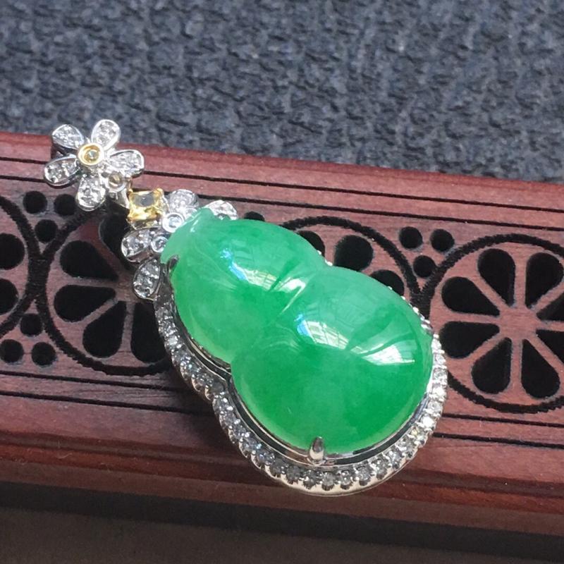 缅甸翡翠18K金伴钻镶嵌浅绿葫芦吊坠,颜色好,玉质细腻,雕工精美,佩戴送礼佳品,包金尺寸: 31.9