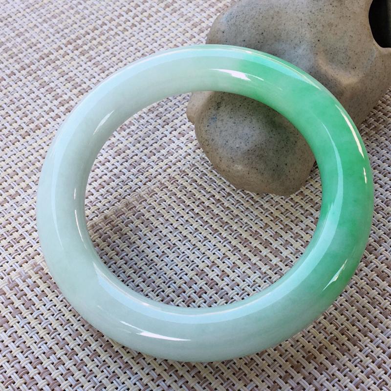圆条56-57,天然A货翡翠-莹润优雅,精美飘绿,质地细腻,饱满圆条玉手镯 完美无纹裂,尺寸圈口56