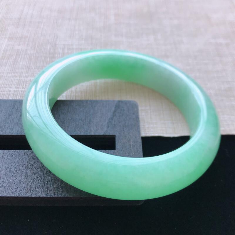 正圈:57。天然翡翠A货。老坑飘绿手镯。玉质莹润,佩戴清秀优雅。尺寸:57*13.8*9.6mm