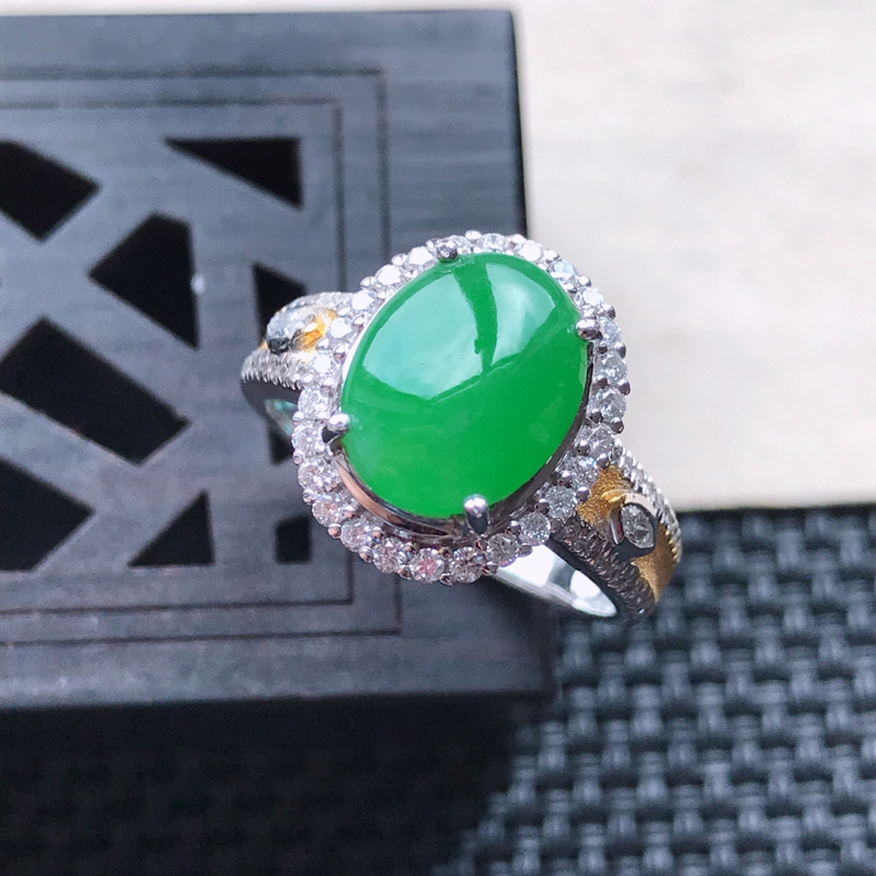 天然翡翠A货18K金镶嵌伴钻糯化种满绿精美蛋面戒指,内径尺寸18mm,裸石尺寸10-8.4-3mm,