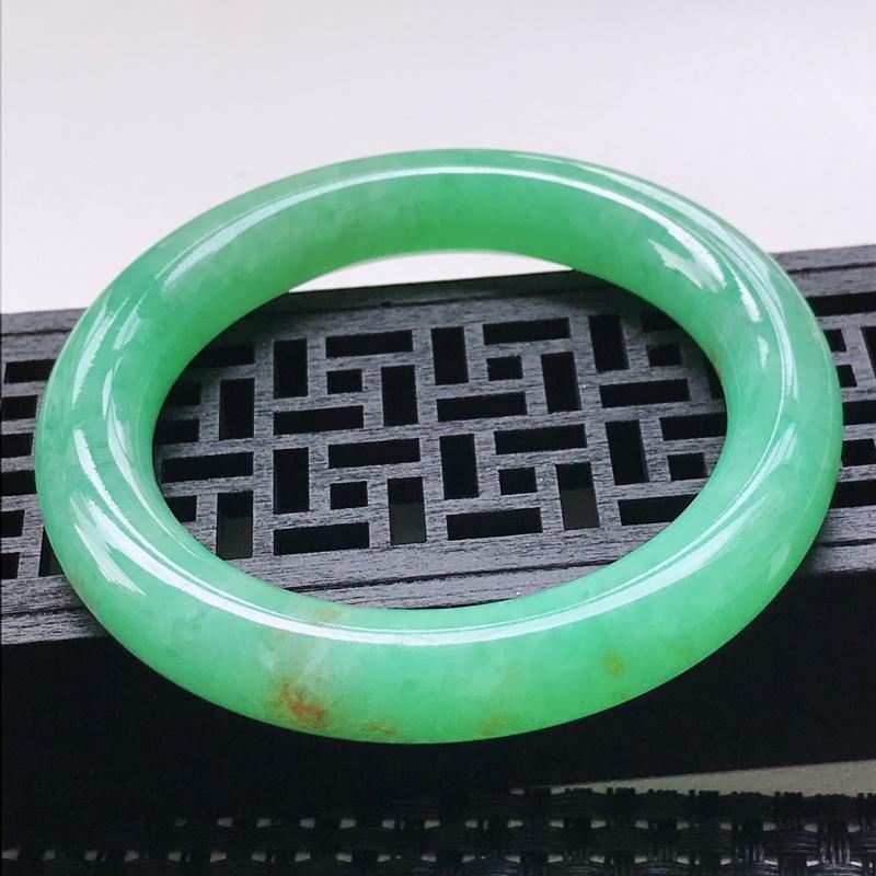 天然翡翠A货  圈口55.8-11.2-11mm糯种阳绿圆条手镯,玉质细腻水润,上手优雅迷