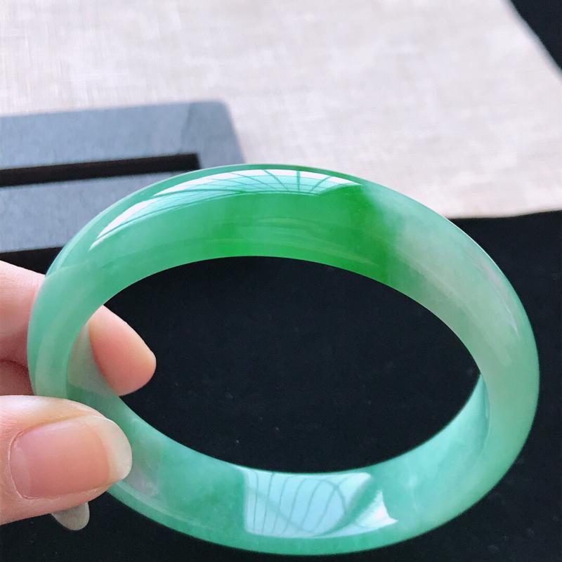 正圈:57。天然翡翠A货老坑飘阳绿手镯。色泽鲜艳,佩戴奢华优雅。尺寸:57*13.8*7mm