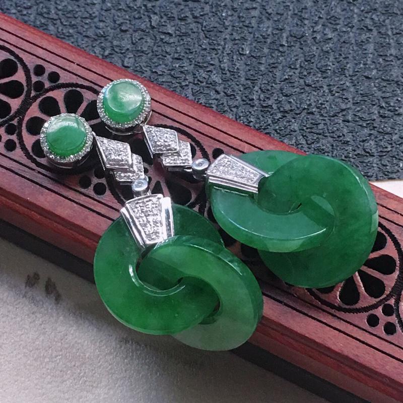 缅甸翡翠18K金伴钻镶嵌浅绿平安环耳钉,颜色好,玉质细腻,雕工精美,佩戴送礼佳品,包金尺寸: 37.