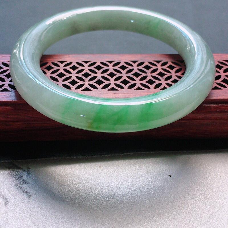 缅甸翡翠56圈口浅绿圆条手镯,自然光实拍,颜色漂亮,玉质莹润,佩戴佳品,尺寸:56.2*10.9*1