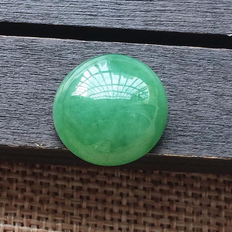 自然光实拍,缅甸a货翡翠,绿蛋面饱满,玉质细腻,雕工精细,漂亮,品相佳,需镶嵌