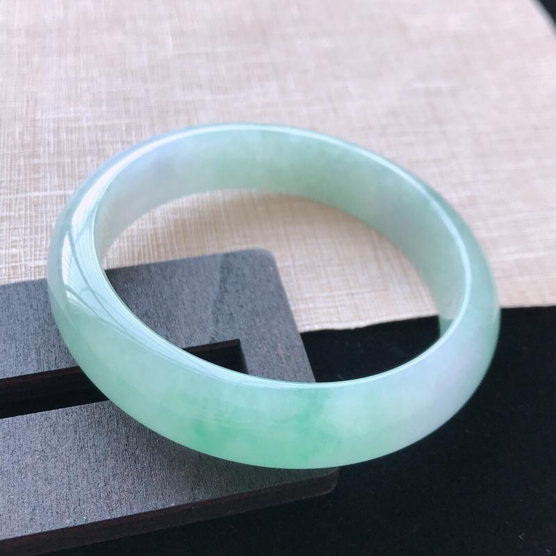 正圈:58.8。天然翡翠A货老坑飘绿手镯。玉质莹润,佩戴清秀优雅。尺寸:58.8*14*7.5mm