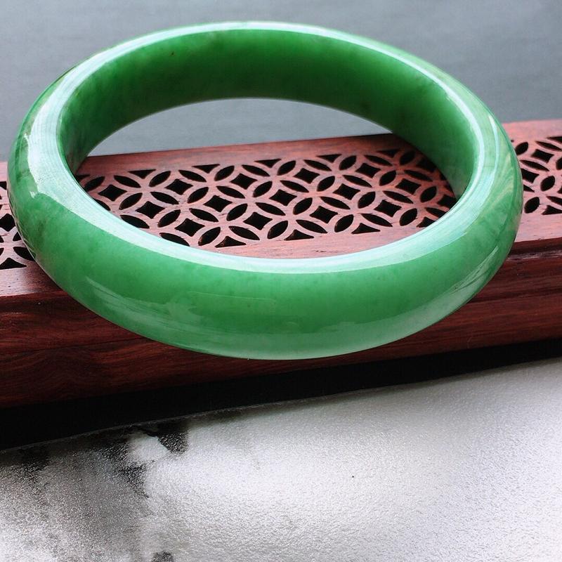 缅甸翡翠57圈口浅绿正圈手镯,自然光实拍,颜色漂亮,玉质莹润,佩戴佳品,尺寸:57.0*12.9*7