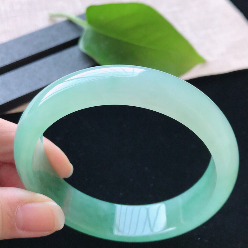 【正圈:58.6。天然翡翠A货。老坑冰糯种飘绿手镯。色泽鲜艳,佩戴高贵优雅。尺寸:58.6*15*7.5mm】图4