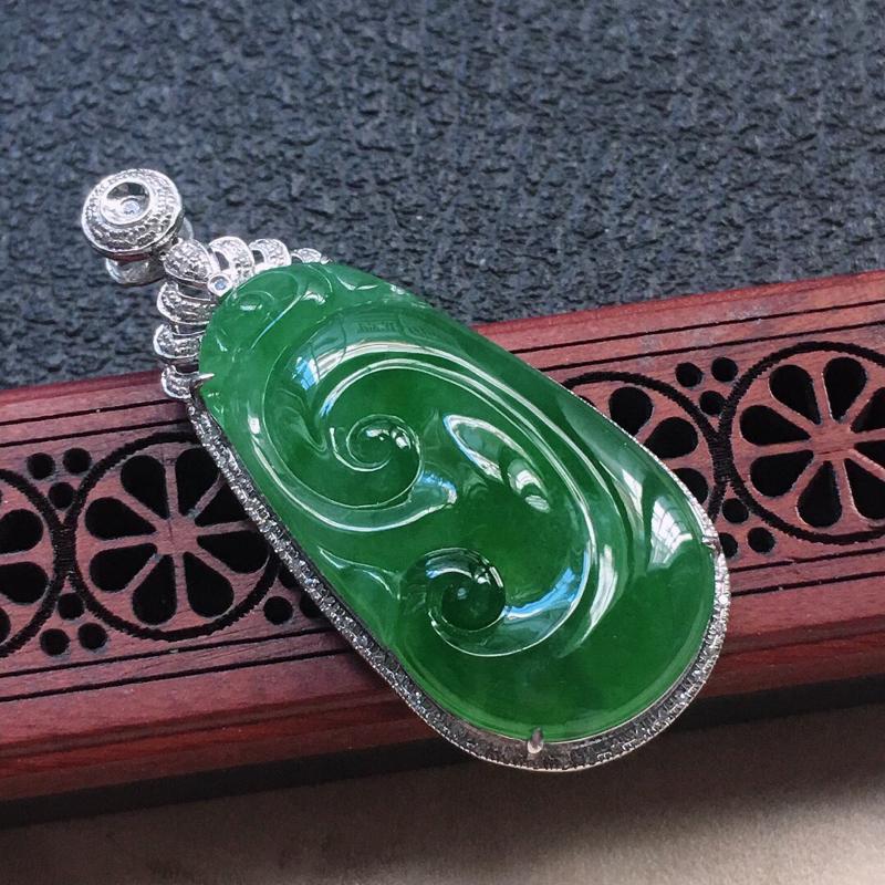 缅甸翡翠18K金伴钻镶嵌满绿如意吊坠,颜色好,玉质细腻,雕工精美,佩戴送礼佳品,包金尺寸: 46.7