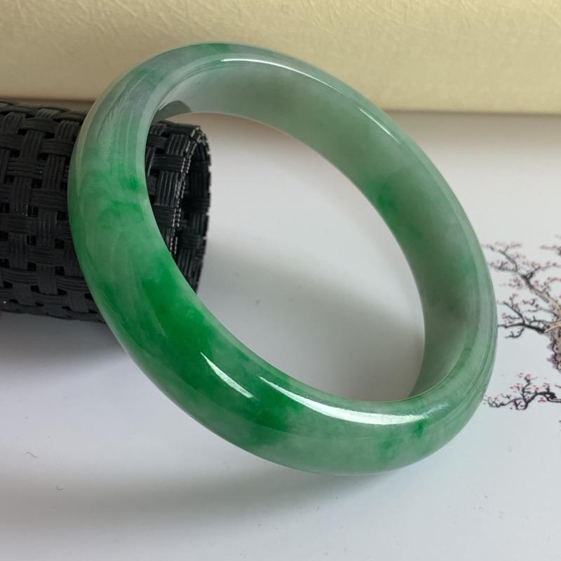 水润飘绿翡翠正圈手镯57.3mm,尺寸57.3*13.1*8mm,料子细腻,莹润透亮,色彩鲜艳,版型
