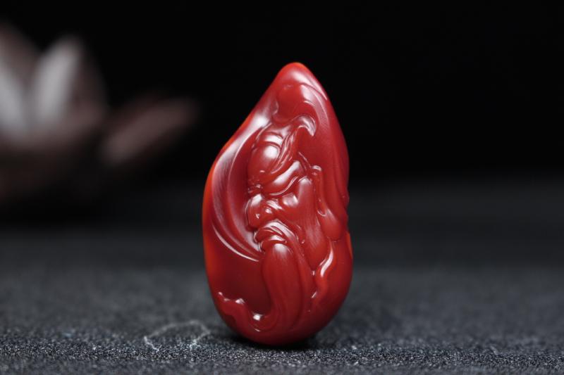 【关公】原皮包浆过渡柿子红带玫瑰红浅浮雕刻关二爷,浓眉大眼,美髯飘逸,威武霸气,生动形象,油润无比,
