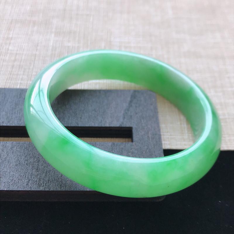 正圈:53。天然翡翠A货。老坑飘绿手镯。色泽鲜艳,佩戴高贵优雅。尺寸:53*13*7.5mm