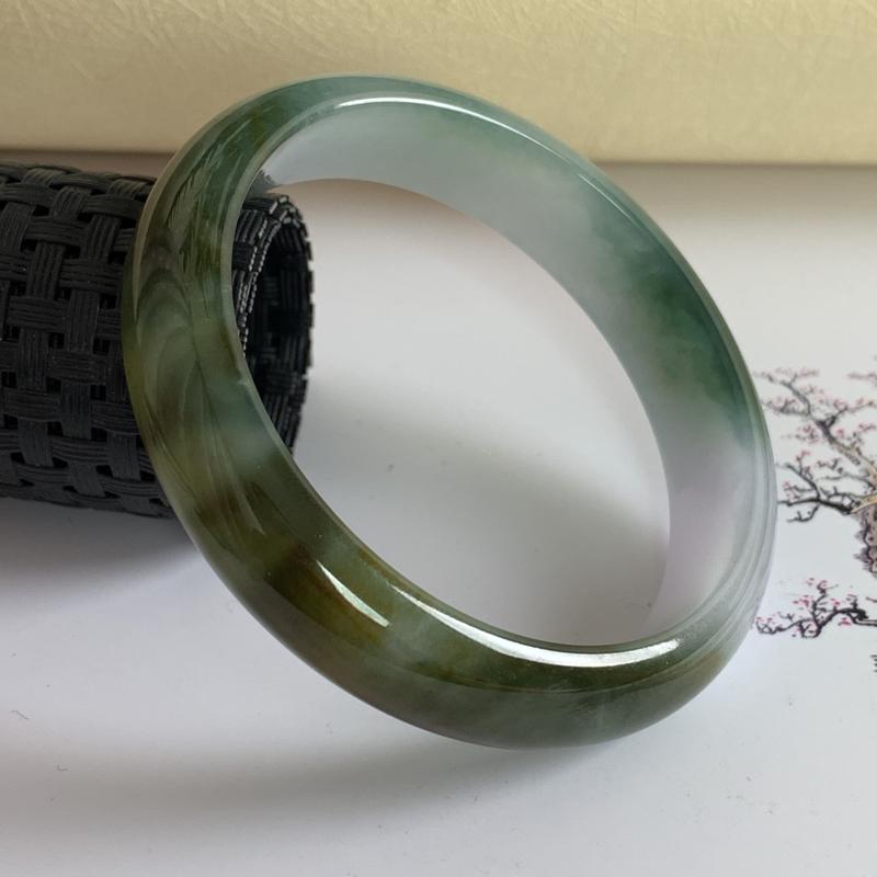 水润飘黄翡翠正圈手镯55.2mm,尺寸55.2*12.5*6.4mm,料子细腻,莹润透亮,色彩鲜艳,