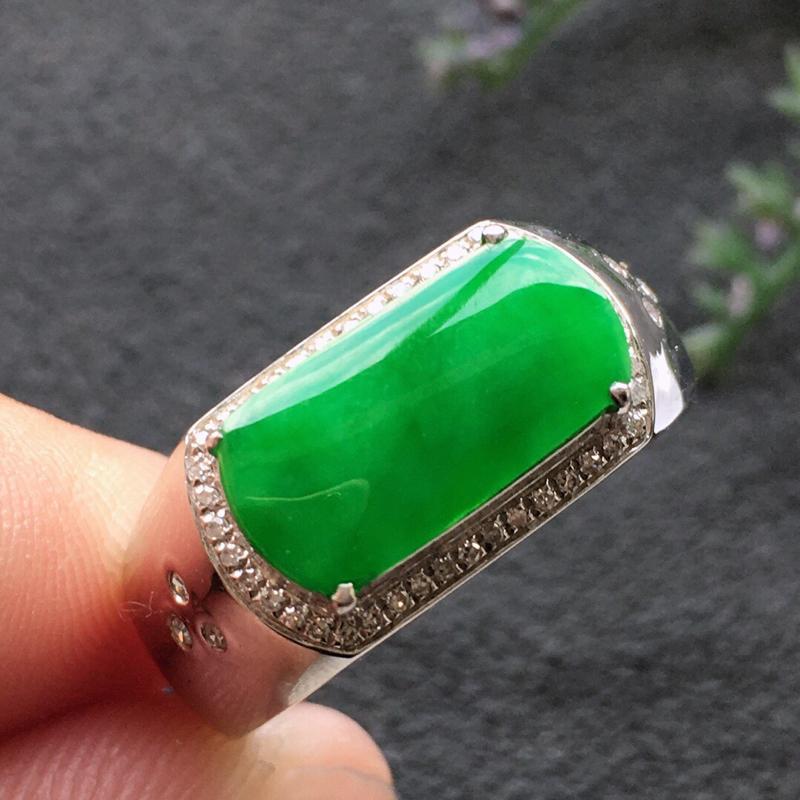精品翡翠18K镶嵌伴钻戒指,雕工精美,玉质莹润,尺寸:内径:17.8MM,裸石尺寸:6.4*13*1