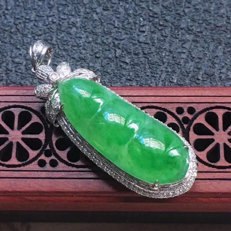 缅甸翡翠18K金伴钻镶嵌浅绿发财豆吊坠,颜色好,玉质细腻,雕工精美,佩戴送礼佳品,包金尺寸: 43.