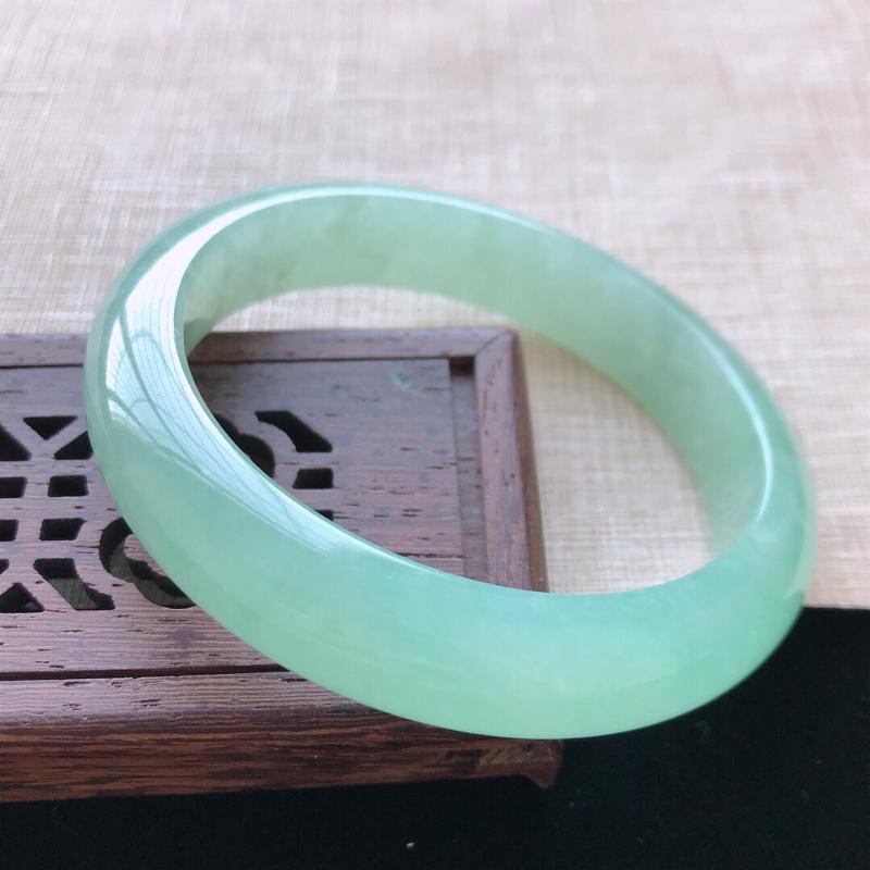 正圈:55。天然翡翠A货老坑满果绿手镯。色泽鲜艳,佩戴清秀优雅。尺寸:55*12.2*7.7mm