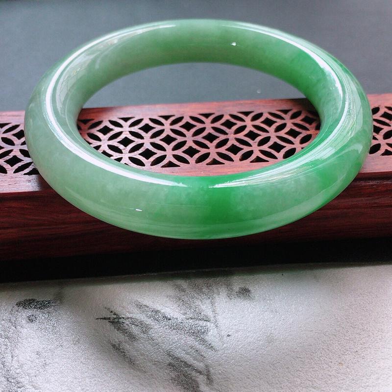 缅甸翡翠56圈口浅绿圆条手镯,自然光实拍,颜色漂亮,玉质莹润,佩戴佳品,尺寸:56.0*11.9*1