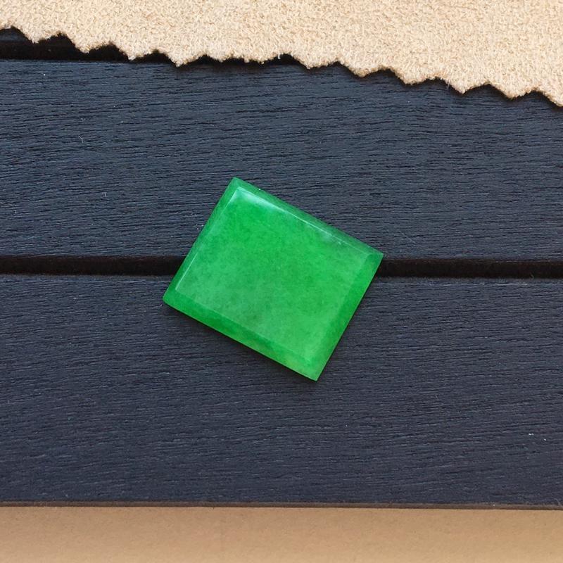 自然光实拍,缅甸a货翡翠,阳绿方块戒面,种好细腻,颜色漂亮,玉质莹润,镶嵌效果好