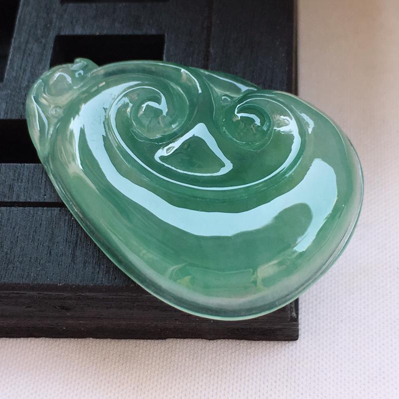 翡翠a货,冰糯种淡绿精美翡翠如意吊坠,玉质细腻,雕工栩栩如生,尺寸41.2/28.2/5.8,