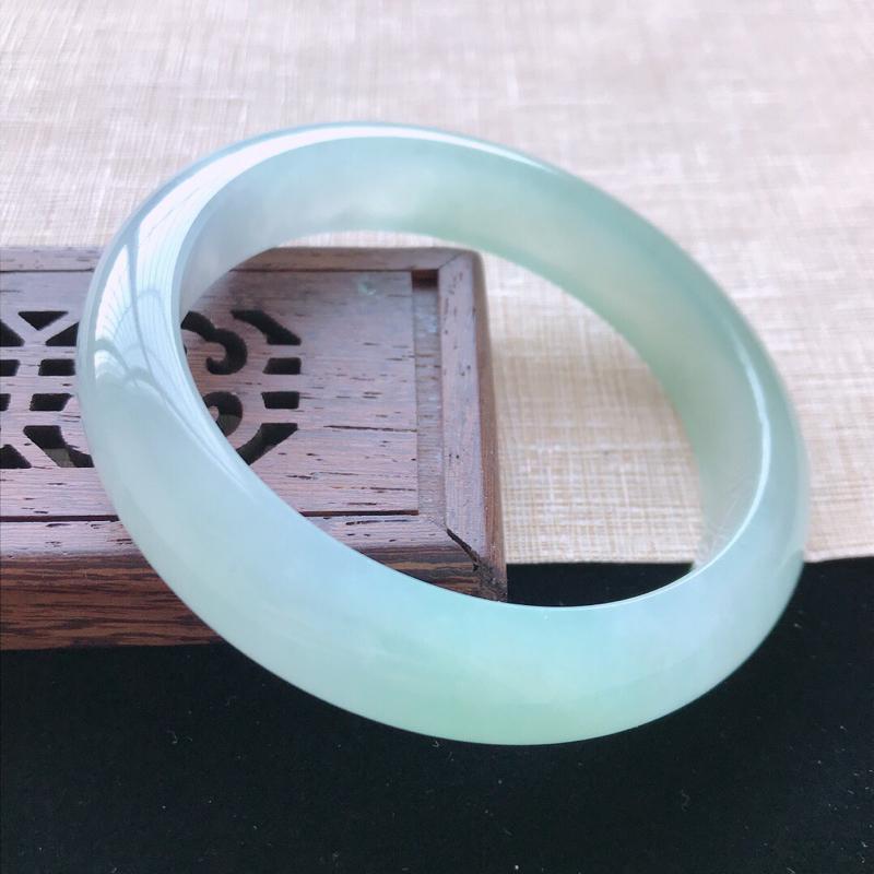 正圈:58。天然翡翠A货老坑冰糯种飘绿手镯。水润通透,佩戴高贵优雅。尺寸:58*13.5*8mm