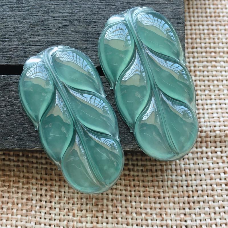 自然光实拍,缅甸a货翡翠,冰种蓝水叶子一对,种好水润,玉质细腻,雕工精细,漂亮,品相佳,有孔可直接佩
