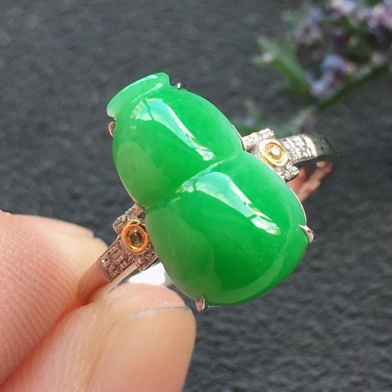 精品翡翠18K镶嵌伴钻葫芦戒指,雕工精美,玉质莹润,尺寸:内径:17.3MM,裸石尺寸:13.5*8
