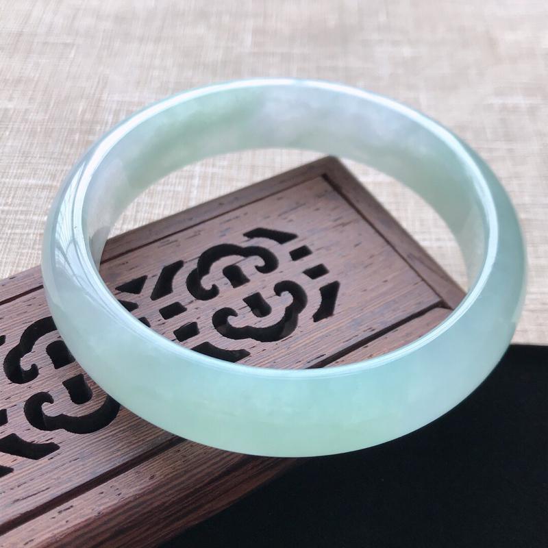 正圈:56。天然翡翠A货。老坑冰糯种飘绿手镯。水润通透,佩戴清秀优雅。尺寸:56*13.5*7mm