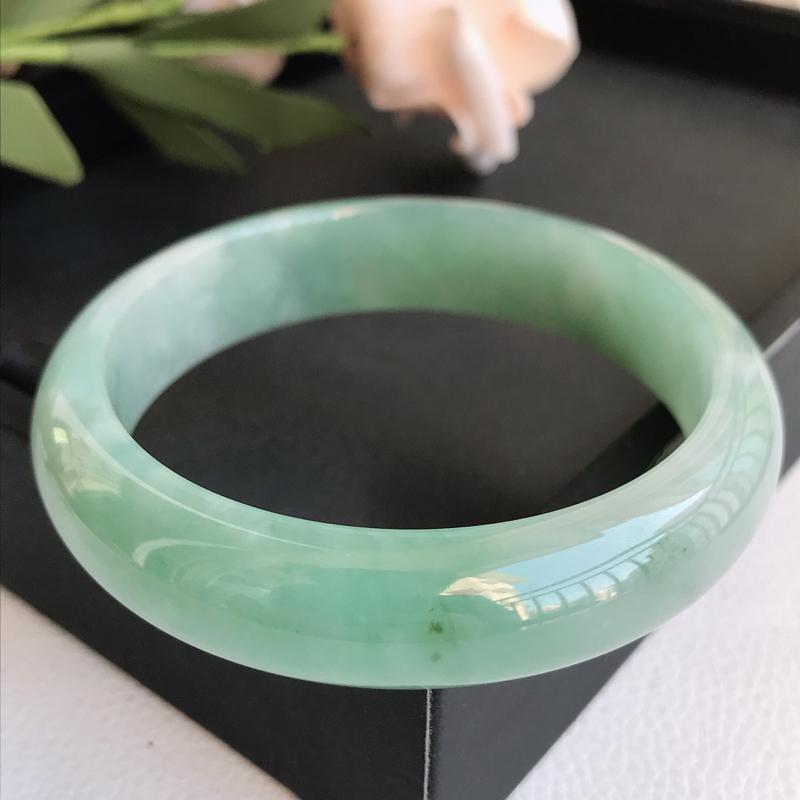 自然光拍摄 圈口58.2mm 细糯种飘绿正圈手镯C154 玉质细腻水润,条形大方,高贵优雅,端庄大气