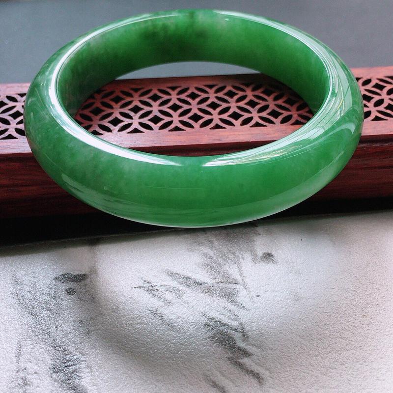 缅甸翡翠58圈口浅绿正圈手镯,自然光实拍,颜色漂亮,玉质莹润,佩戴佳品,尺寸:58.8*14.3*9