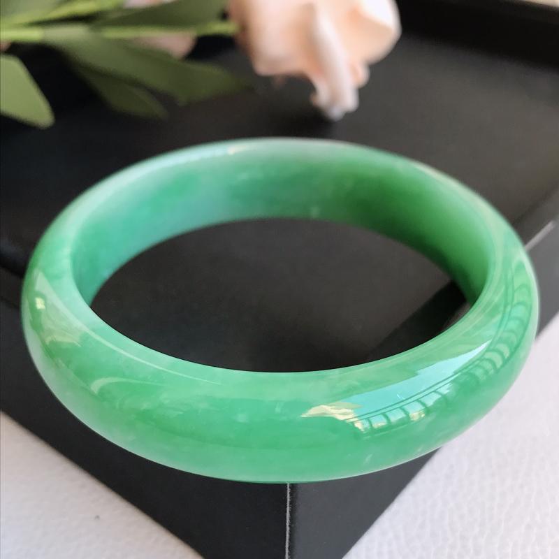 自然光拍摄 圈口56.7mm 糯种满绿正圈手镯C148 玉质细腻水润,条形大方,高贵优雅,端庄大气