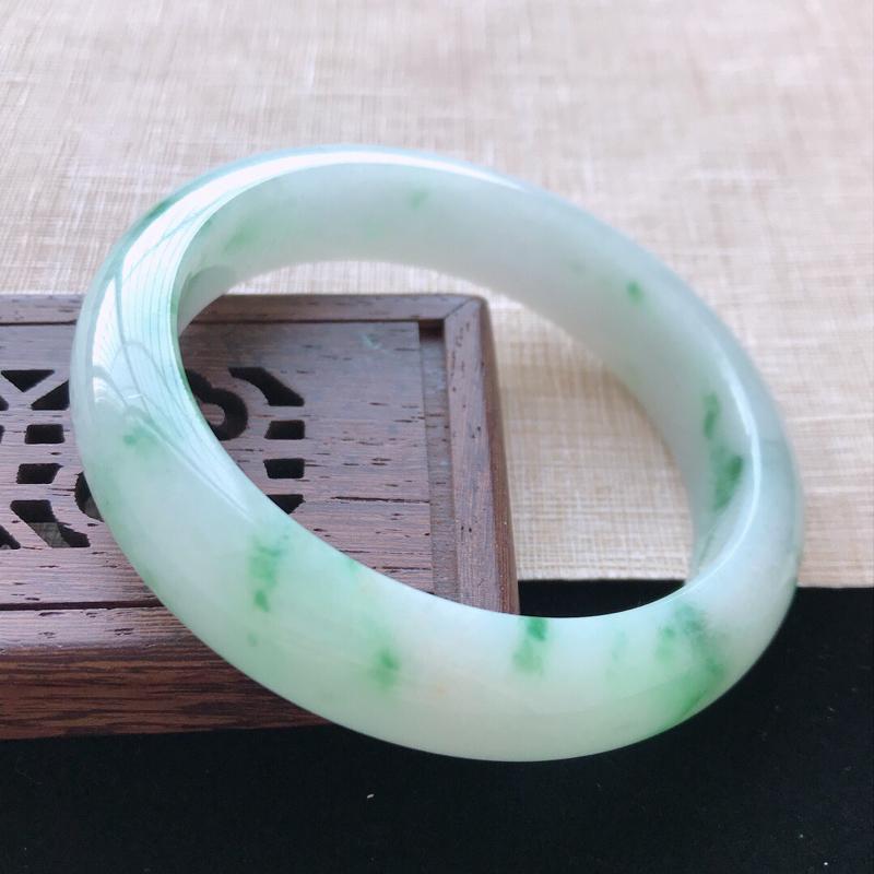 正圈:55.8。天然翡翠A货老坑飘绿花手镯。色泽鲜艳,佩戴奢华优雅。尺寸:55.8*13.6*8.2