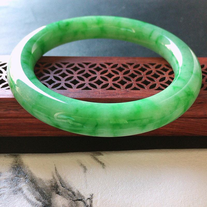 缅甸翡翠58圈口带绿圆条手镯,自然光实拍,颜色漂亮,玉质莹润,佩戴佳品,尺寸:58.0*10.8*1